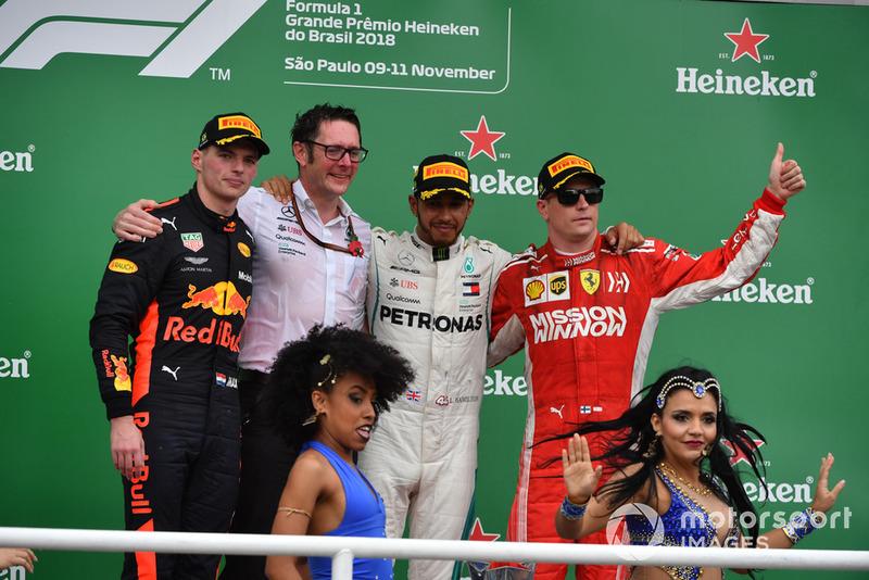 Победитель Льюис Хэмилтон, Mercedes AMG F1, старший инженер команды Энди Шовлин, второе место – Макс Ферстаппен, Red Bull Racing, третье место – Кими Райкконен, Ferrari