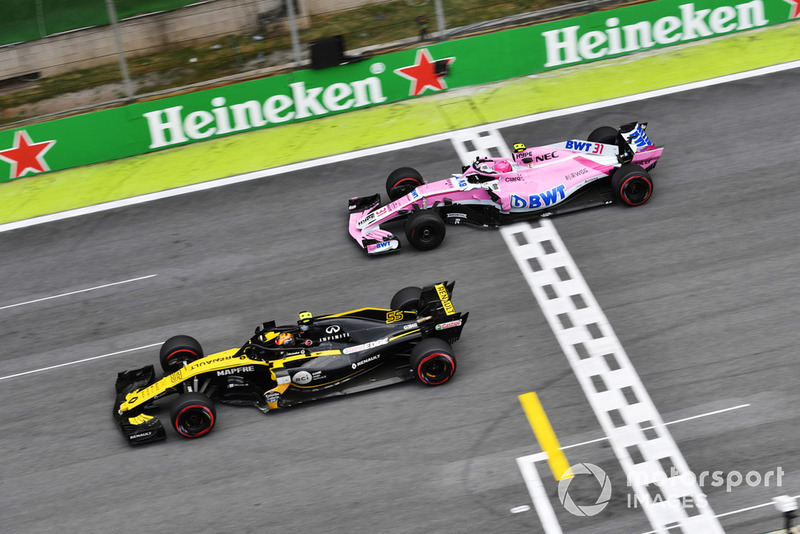 Esteban Ocon, Racing Point Force India VJM11 y Carlos Sainz Jr, Renault Sport F1 Team R.S. 18
