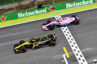 Esteban Ocon, Racing Point Force India VJM11 and Carlos Sainz Jr, Renault Sport F1 Team R.S. 18 battle