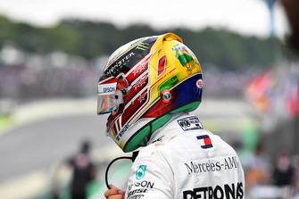 Pole sitter Lewis Hamilton, Mercedes AMG F1 in Parc Ferme