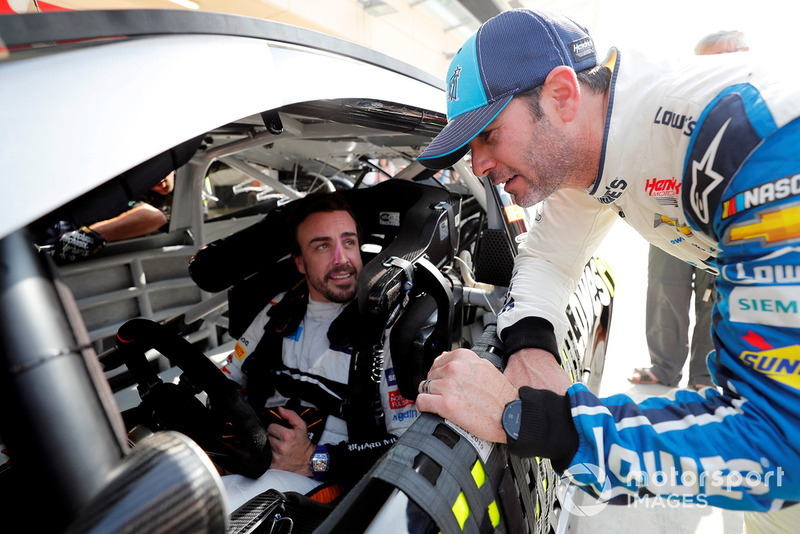 Fernando Alonso in the NASCAR ve Jimmie Johnson
