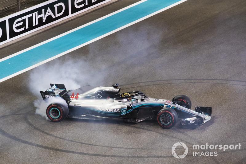 Lewis Hamilton, Mercedes-AMG F1 W09 hace donuts al final