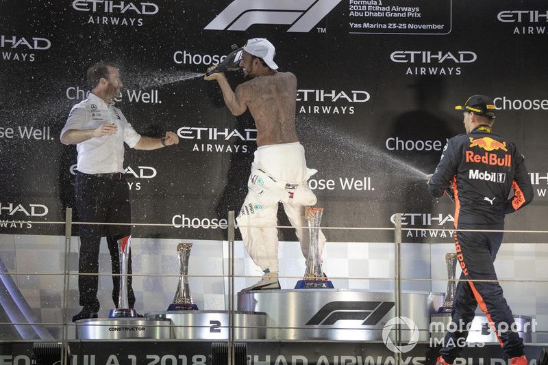 Bradley Lord, directeur de la communication de Mercedes, Lewis Hamilton, Mercedes AMG F1 et Max Verstappen, Red Bull Racing sur le podium