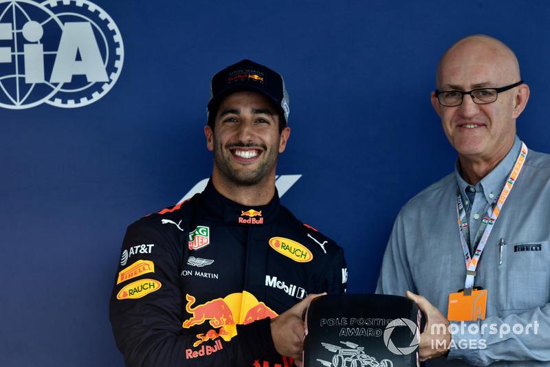 Daniel Ricciardo, Red Bull Racing, con il Pirelli Pole Poistion Award, nel parco chiuso