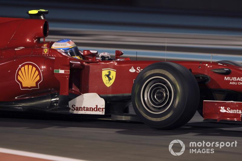 Скудерия сразу же сообщила Фернандо, что тому любым способом нужно опережать Виталия. Но до конца гонки еще было далеко, и потому в Ferrari сохраняли относительное спокойствие