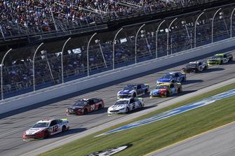 Ryan Blaney, Team Penske, Ford Fusion REV, precede un gruppo di auto