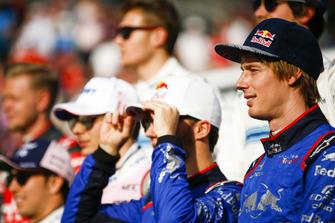 Brendon Hartley, Scuderia Toro Rosso et Pierre Gasly, Scuderia Toro Rosso se préparent pour la photo de fin d'année