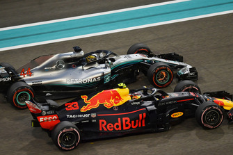 Lewis Hamilton, Mercedes-AMG F1 W09 met Max Verstappen, Red Bull Racing RB14