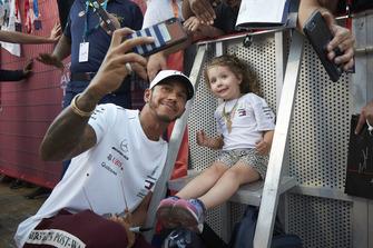 Lewis Hamilton, Mercedes AMG F1, prend un selfie avec une jeune fan