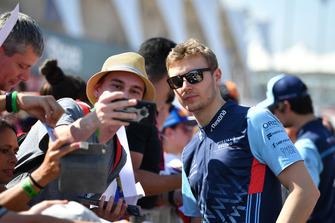 Sergey Sirotkin, Williams Racing fait un selfie avec des fans
