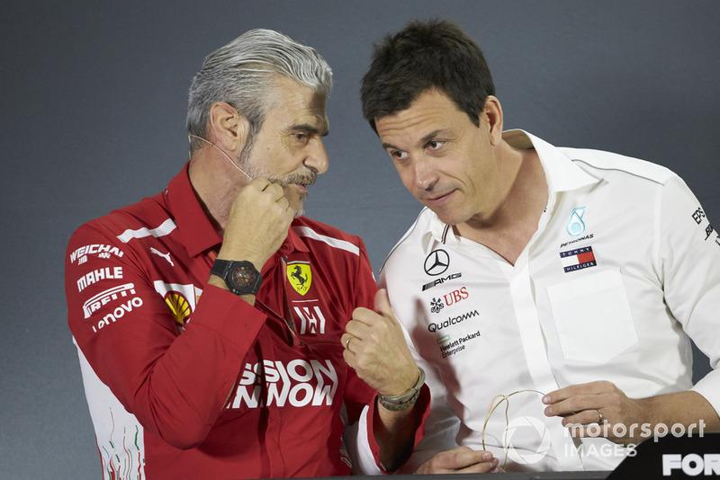 Maurizio Arrivabene, Team Principal, Ferrari, e Toto Wolff, Direttore esecutivo (Business), Mercedes AMG, durante la conferenza stampa dei team principal