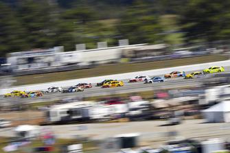 William Byron, Hendrick Motorsports, Chevrolet Camaro Hertz and Kyle Busch, Joe Gibbs Racing, Toyota Camry M&M's