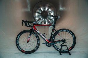 Un vélo Bahrain Merida Pro Cycling Team dans la soufflerie McLaren