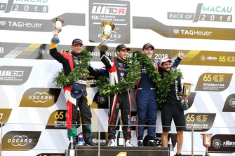 Podium: Race winner Esteban Guerrieri, ALL-INKL.COM Münnich Motorsport Honda Civic Type R TCR, second placeRob Huff, Sébastien Loeb Racing Volkswagen Golf GTI TCR, third place Norbert Michelisz, BRC Racing Team Hyundai i30 N TCR