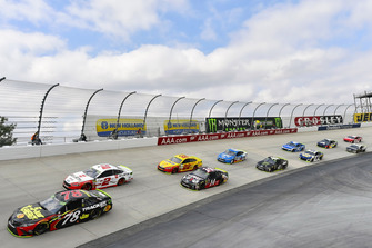 Martin Truex Jr., Furniture Row Racing, Toyota Camry 5-hour ENERGY/Bass Pro Shops e Brad Keselowski, Team Penske, Ford Fusion Wurth
