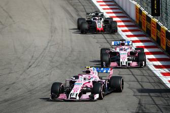 Esteban Ocon, Racing Point Force India VJM11, voor Sergio Perez, Racing Point Force India VJM11, en Romain Grosjean, Haas F1 Team VF-18