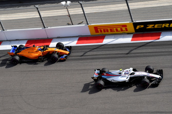 Sergey Sirotkin, Williams FW41 and Fernando Alonso, McLaren MCL33