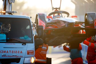 Marshals recover the car of Pascal Wehrlein, Mahindra Racing, M5 Electro
