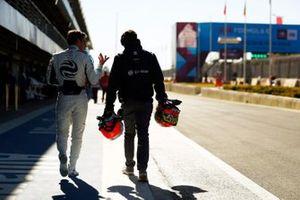 Robin Frijns, Envision Virgin Racing, ritorna a piedi al box, dopo essere stato colpito da Tom Dillmann, NIO Formula E Team
