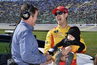 Joey Logano, Team Penske, Ford Fusion, mit Sohn Hudson