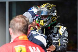 Nico Hulkenberg, Renault Sport F1 Team, si congratula con Max Verstappen, Red Bull Racing, 2° classificato, nel parco chiuso