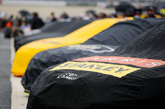L'auto coperta di Daniel Suarez, Joe Gibbs Racing, Toyota Camry ARRIS