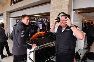 Stoffel Vandoorne, McLaren y Zak Brown, CEO de McLaren Racing