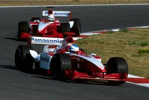 Mika Salo, Toyota TF101 lidera a su compañero Allan McNish, Toyota TF101