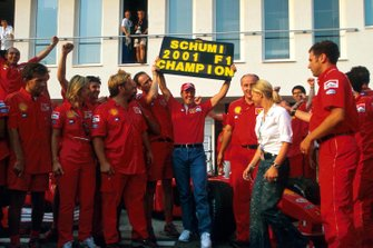 Michael Schumacher celebra su cuarto Campeonato Mundial con miembros del equipo Ferrari y su esposa Corinna