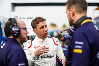 Robin Frijns, Envision Virgin Racing talks to his engineers on the grid