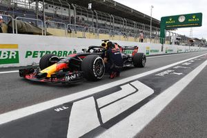 Daniel Ricciardo, Red Bull Racing RB14 stopped in pit lane in FP1