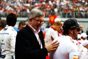 Ross Brawn, directeur technique de la F1, et Fernando Alonso, McLaren, sur la grille
