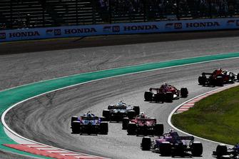Max Verstappen, Red Bull Racing RB14, voor Kimi Raikkonen, Ferrari SF71H, Romain Grosjean, Haas F1 Team VF-18, Sebastian Vettel, Ferrari SF71H, Brendon Hartley, Toro Rosso STR13, en Sergio Perez, Racing Point Force India VJM11