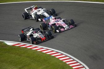 Romain Grosjean, Haas F1 Team VF-18, met Sergio Perez, Racing Point Force India VJM11 en Charles Leclerc, Sauber C37