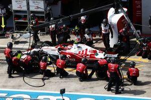 Antonio Giovinazzi, Alfa Romeo Racing C41, in the pits