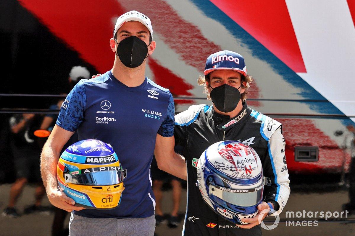 Fernando Alonso y Nicholas Latifi intercambian cascos