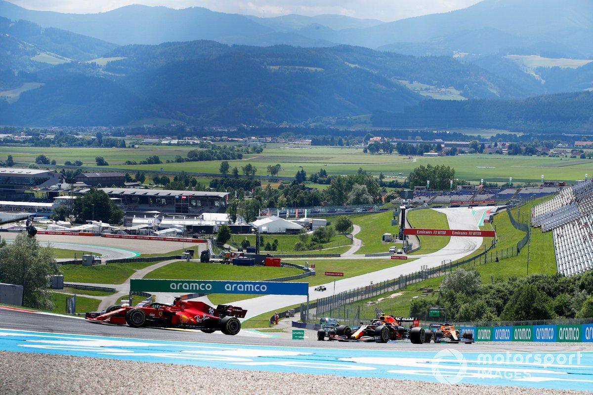 Charles Leclerc, Ferrari SF21, Sergio Perez, Red Bull Racing RB16B, e Daniel Ricciardo, McLaren MCL35M