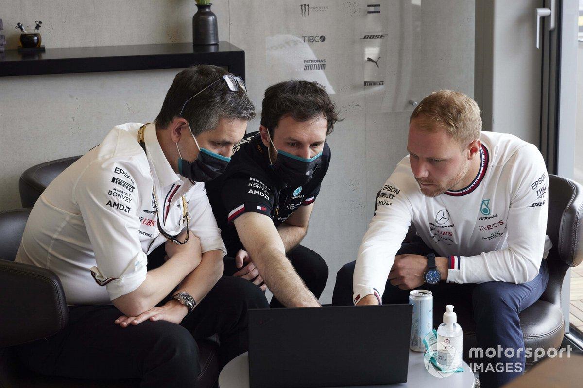 Valtteri Bottas, Mercedes, con los ingenieros