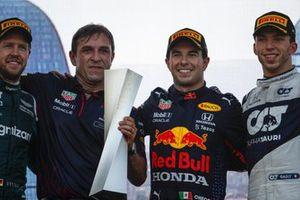 Sebastian Vettel, Aston Martin, 2° classificato, il rappresentante della Red Bull Racing, Sergio Perez, Red Bull Racing, 1° classificato, e Pierre Gasly, AlphaTauri, 3° classificato, sul podio