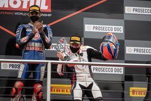 Podio: ganador Toprak Razgatlioglu, PATA Yamaha WorldSBK Team, tercer lugar Tom Sykes, BMW Motorrad WorldSBK Team
