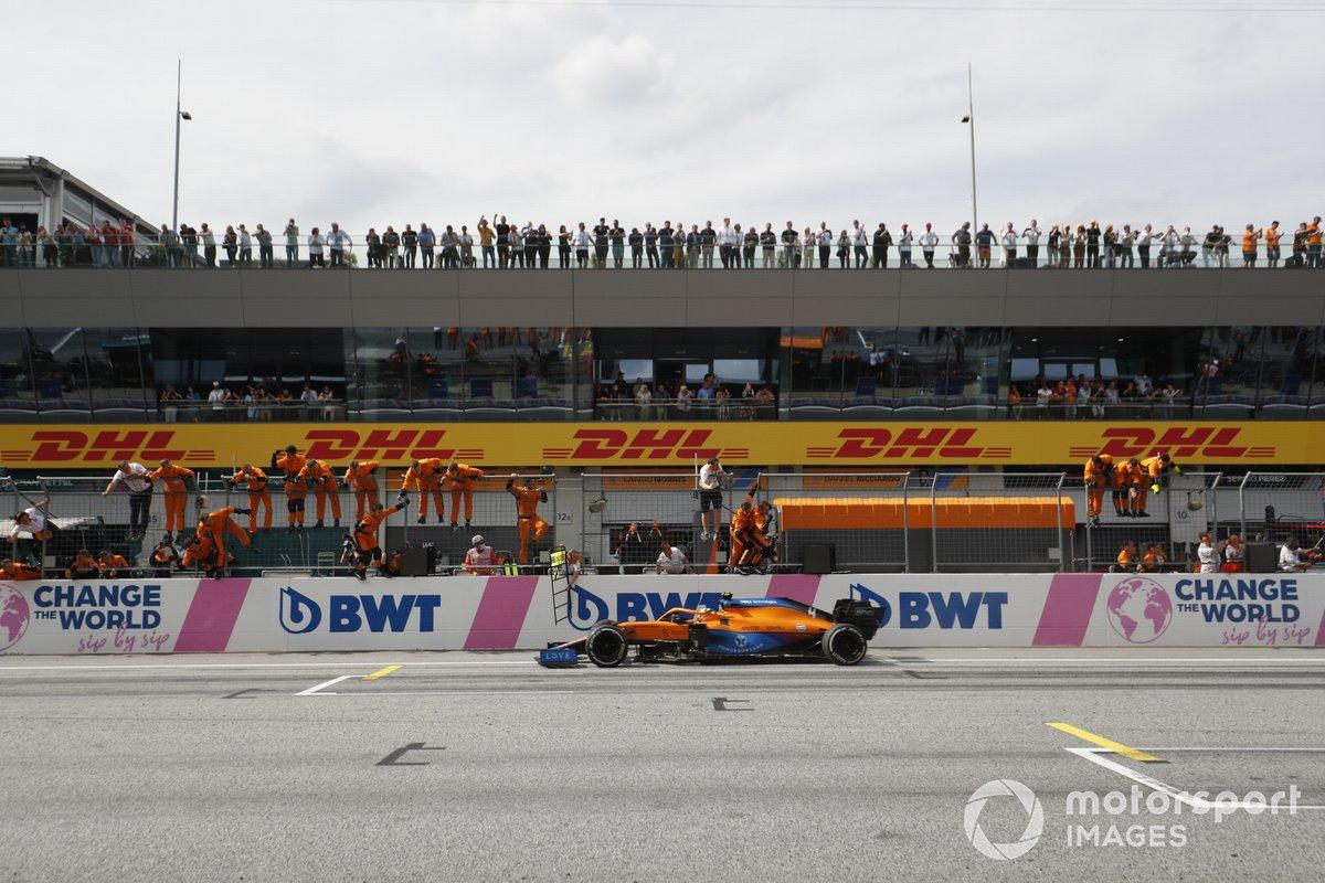Tercer lugar Lando Norris, McLaren MCL35M cruza la meta frente a su equipo