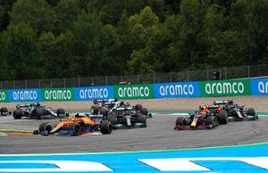 Lando Norris, McLaren MCL35M, Sergio Perez, Red Bull Racing RB16B, Lewis Hamilton, Mercedes W12, en Valtteri Bottas, Mercedes W12