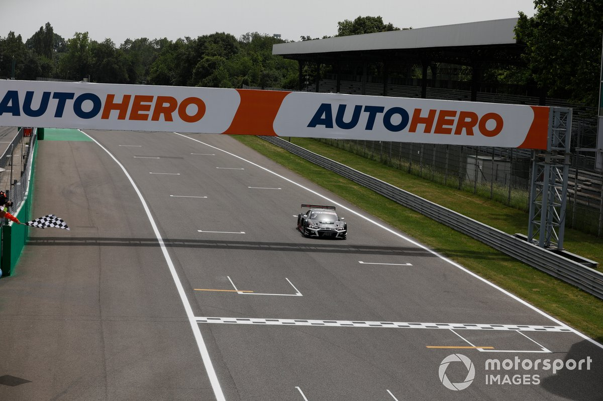 Checkered flag for Kelvin van der Linde, Abt Sportsline Audi R8 LMS GT3
