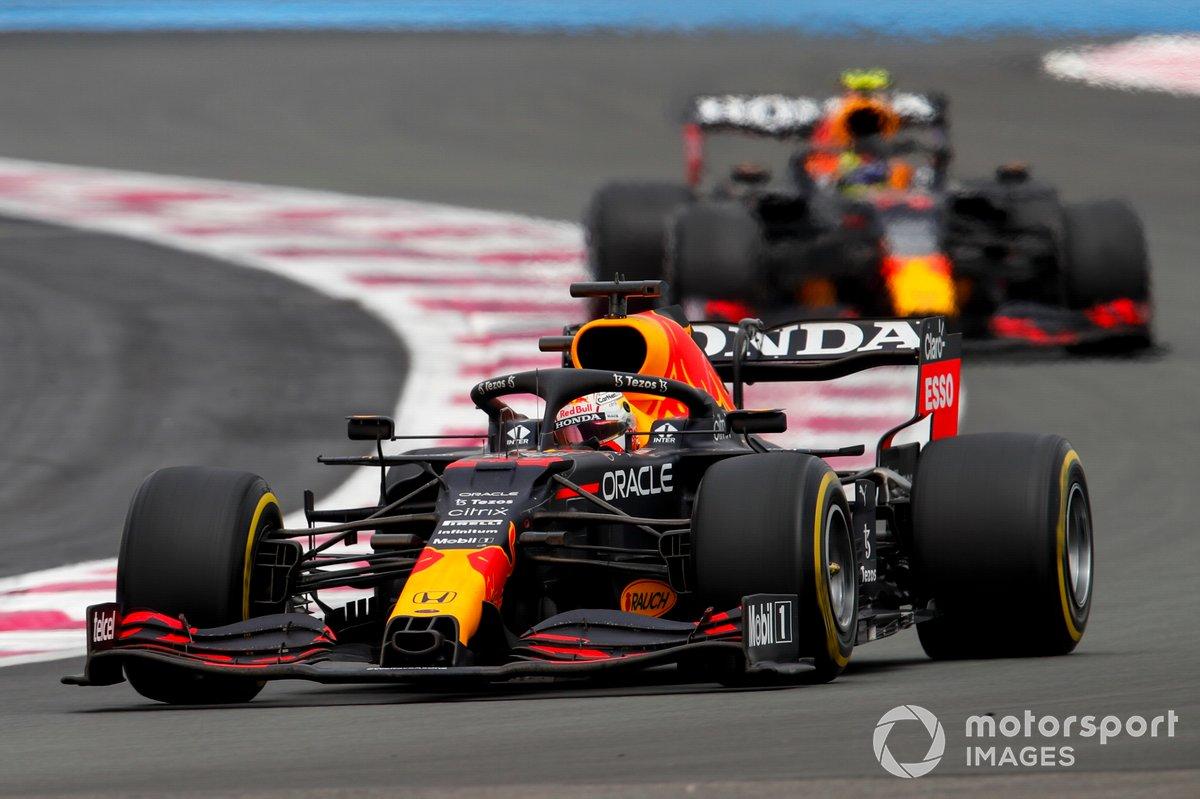 Max Verstappen, Red Bull Racing RB16B, precede Sergio Perez, Red Bull Racing RB16B