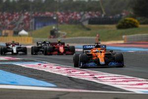 Daniel Ricciardo, McLaren MCL35M, Carlos Sainz, Ferrari SF21