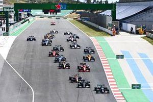 Valtteri Bottas, Mercedes W12, Lewis Hamilton, Mercedes W12, Max Verstappen, Red Bull Racing RB16B, Carlos Sainz Jr., Ferrari SF21, Lando Norris, McLaren MCL35M, Sergio Perez, Red Bull Racing RB16B, and the rest of the field away at the start
