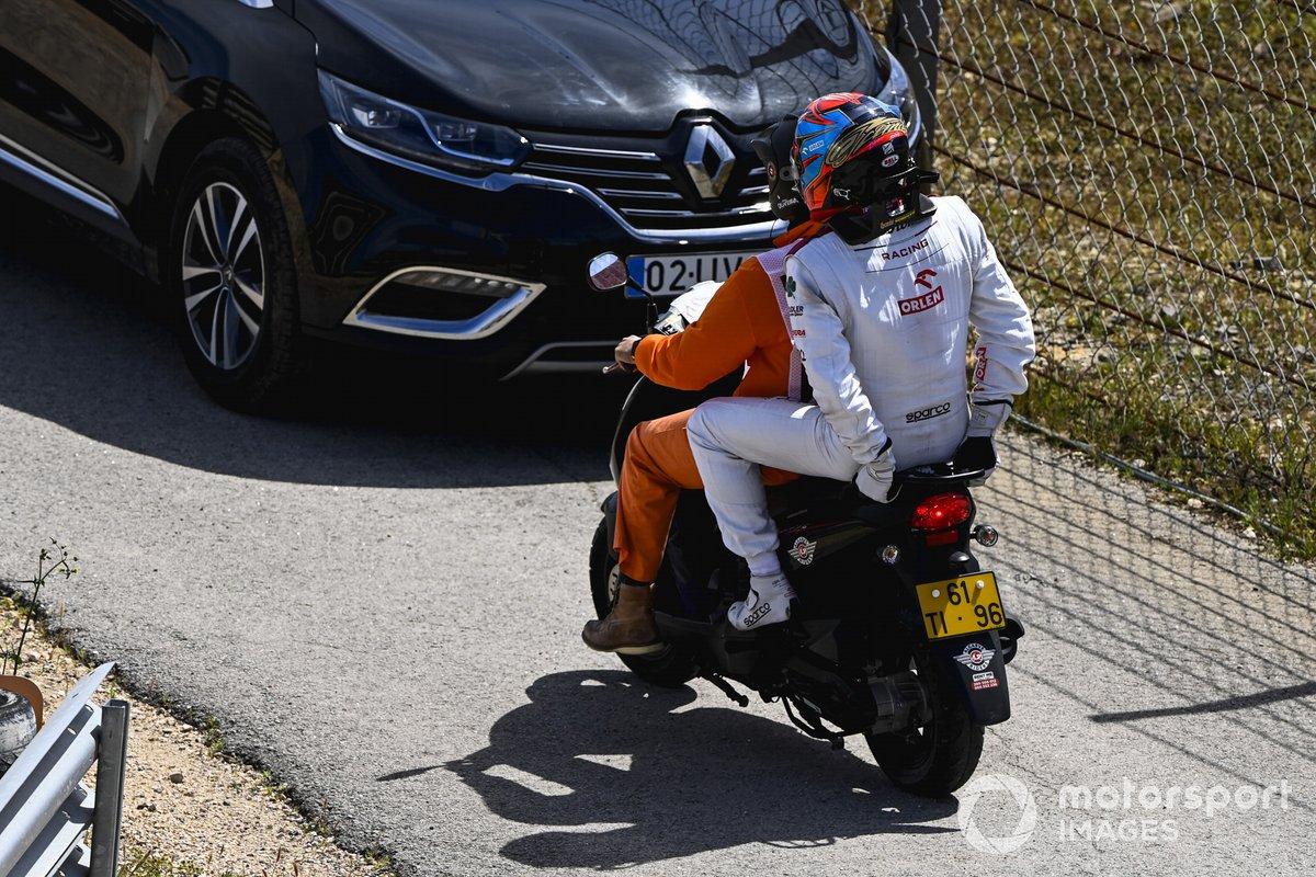 Kimi Raikkonen, Alfa Romeo Racing, es llevado de vuelta a los boxes tras choque