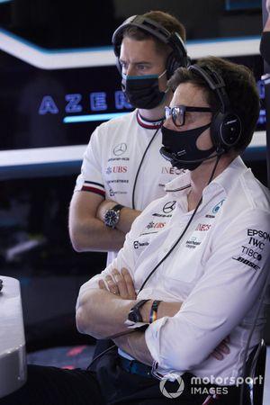 Toto Wolff, director del equipo y consejero delegado de Mercedes AMG, y Stoffel Vandoorne, piloto reserva de Mercedes AMG