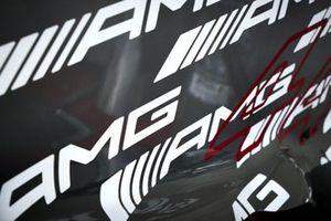 Stickers op de auto van Lewis Hamilton, Mercedes W12