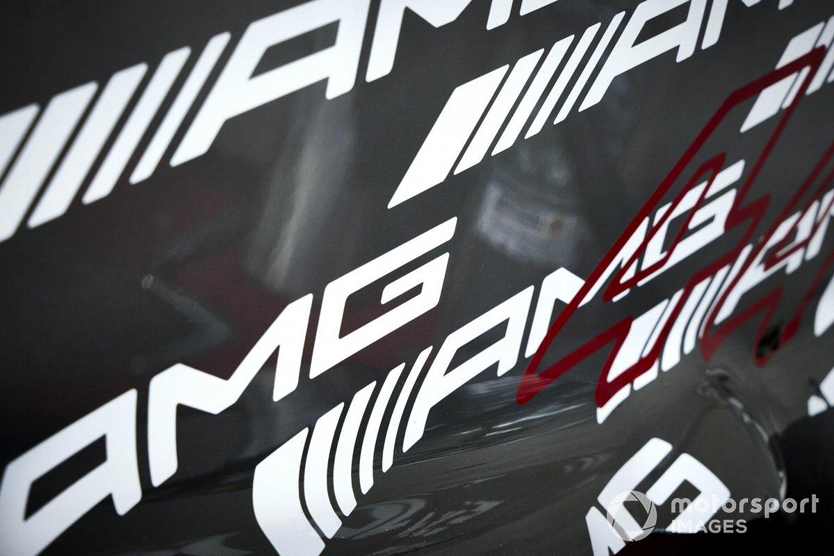 El dorsal #44 de Lewis Hamilton, y la marca de Mercedes en el Mercedes W12 de F1